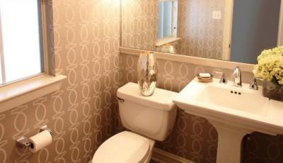 серые обои в туалет