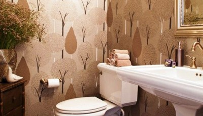 ванная комната с обоями кофейного цвета