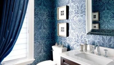ванная комната с синими обоями и шторами