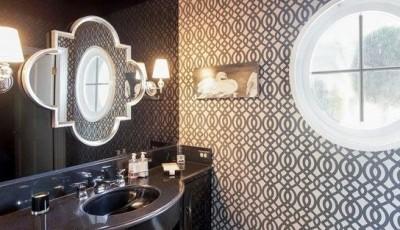 ванная комната с темными синими обоями