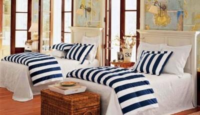 интерьер комнаты с обоями в морском стиле