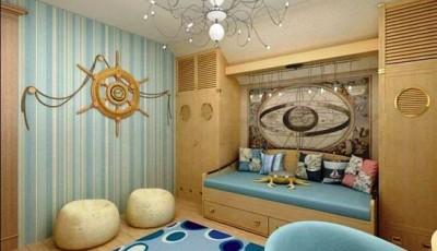 полосатые обои в комнате с интерьером в морском стиле
