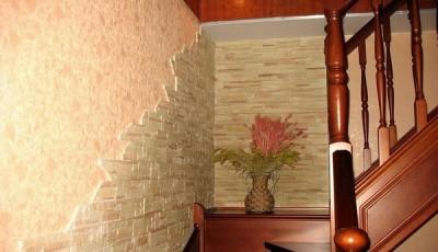 искусственный камень под обои красивый около лестницы