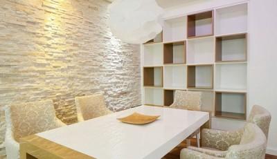 искусственный камень под обои на стене кухни