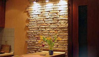искусственный камень под обои на стене столовой