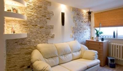 искусственный камень под обои за диваном
