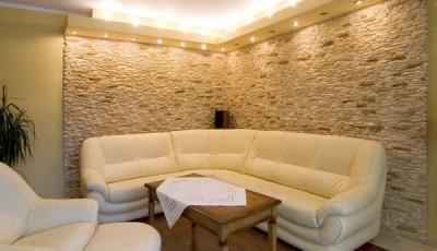искусственный камень серый на стене в углу комнаты