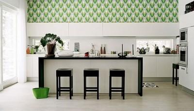 сочетание булых и зеленых обоев в интерьере кухни