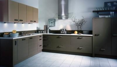 светло-серые обои в интерьере кухни