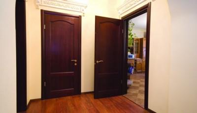 темные двери и бежевые обои в коридоре