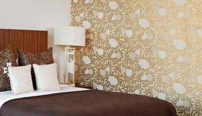 модные золотистые обои с орнаментом для спальни 2016 года
