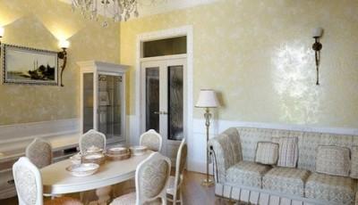 обои под венецианскую штукатурку в большой комнате светло желтые