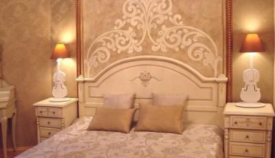 обои венецианская штукатурка в интерьере спальни