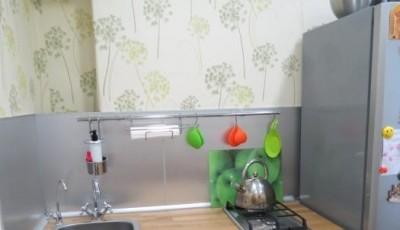Обои для маленькой узкой кухни в хрущевке с одуванчиками