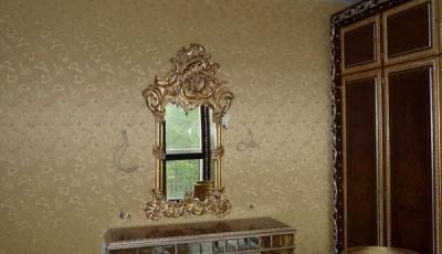 Обои шелкография рядом с зеркалом