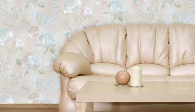 Обои шелкография за диваном