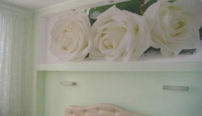фотообои розы над кроватью