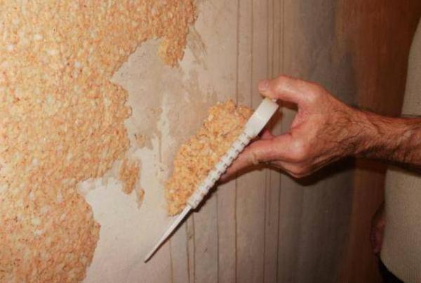Послу первичного нанесения шпателем, на втором этапе можно использовать пластмассовую гладилку