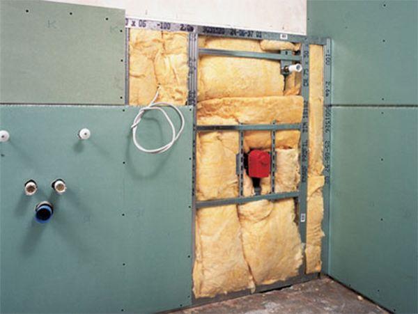 При выравнивании стен ванной гипсокартоном можно как сделать металлический каркас, так и обойтись без его сооружения.
