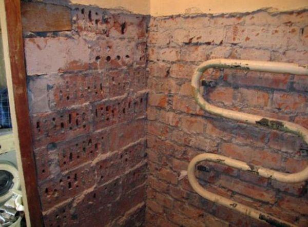 Порой при ремонте ванной приходится иметь дело даже с такими стенами