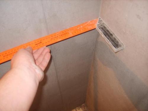 Перед поклейкой обоев необходимо измерить, являются ли углы ровными.