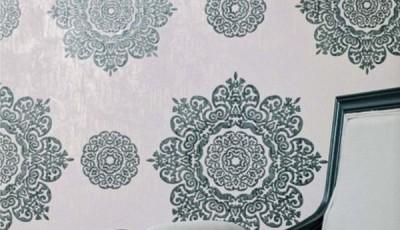 обои из ткани на стене голубые
