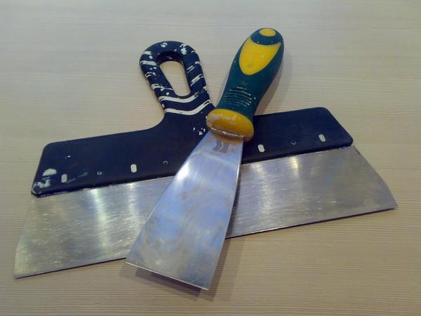 В работе желательно использовать сразу два шпателя для гипсокартона: большой и маленький