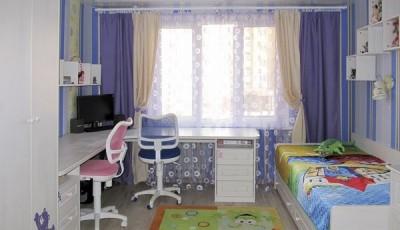 Обои в детскую комнату для разнополых детей с разными креслами