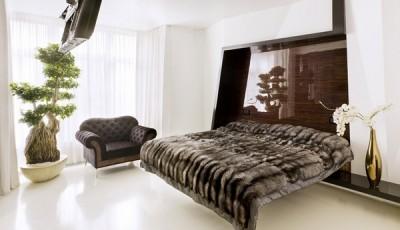Современные обои в интерьере спальни белые