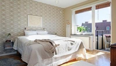 Современные светлые обои в интерьере спальни