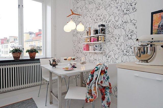 Белые и узорчатые комбинированные обои для кухни