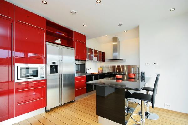 Белые обои под покраску для кухни красного цвета