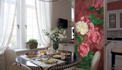 Фотообои с пионами на стене кухни