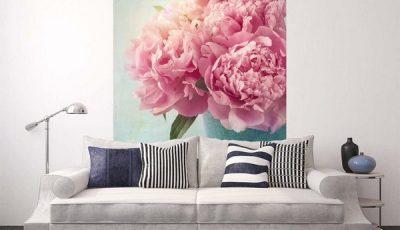 Фотообои с пионами за диваном