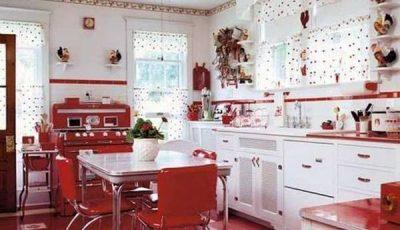 Красная кухня и белые стены