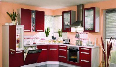 Красная кухня и оранжевые стены