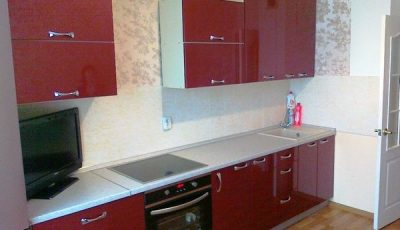 Красная кухня с простыми обоями