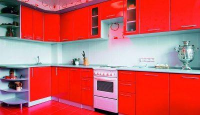 Красная кухня в сочетании с красивым потолком