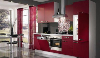 Красная кухня в сочетании с серыми стенами