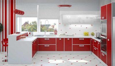 Кухня красного цвета с окнами