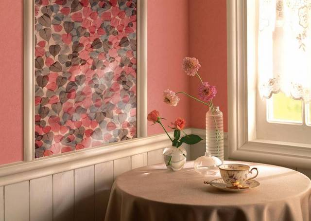 Розовые обои на кухне со вставкой