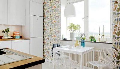 Сочетание белых и цветочных обоев в кухне
