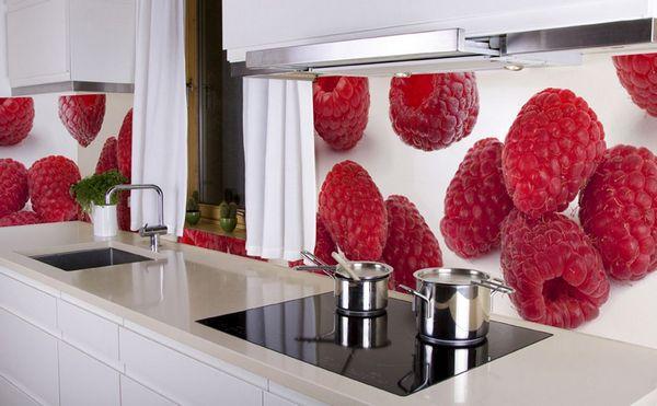 Светлые обои с фартуком для кухни красного цвета