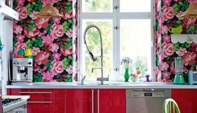 Цветочные стены в красной кухне