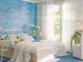 Голубые обои: какие шторы под них выбрать