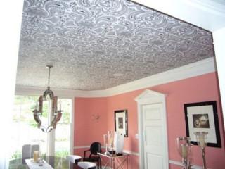 Как клеить обои на потолок: особенности проведения работ своими руками